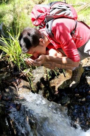 14663695-l-uomo-in-un-giorno-di-trekking-acqua-potabile-dal-fiume